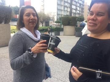 brindando con mi mejor amiga #MásQueUnCafé