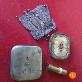Accesorios de los años 30-40: pitillera, mechero con forma de lápiz de labios, monedero y polvera de nácar
